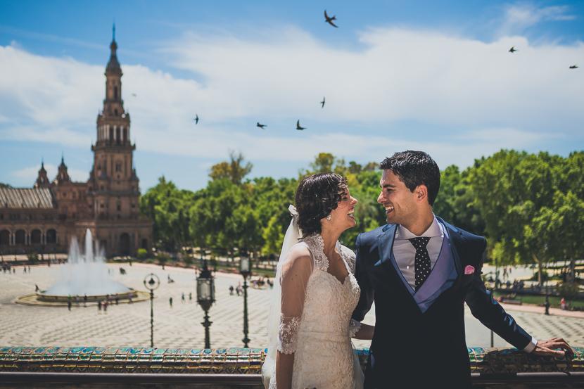Saida e Iván en su reportaje de bodas en la Plaza de España en Sevilla.
