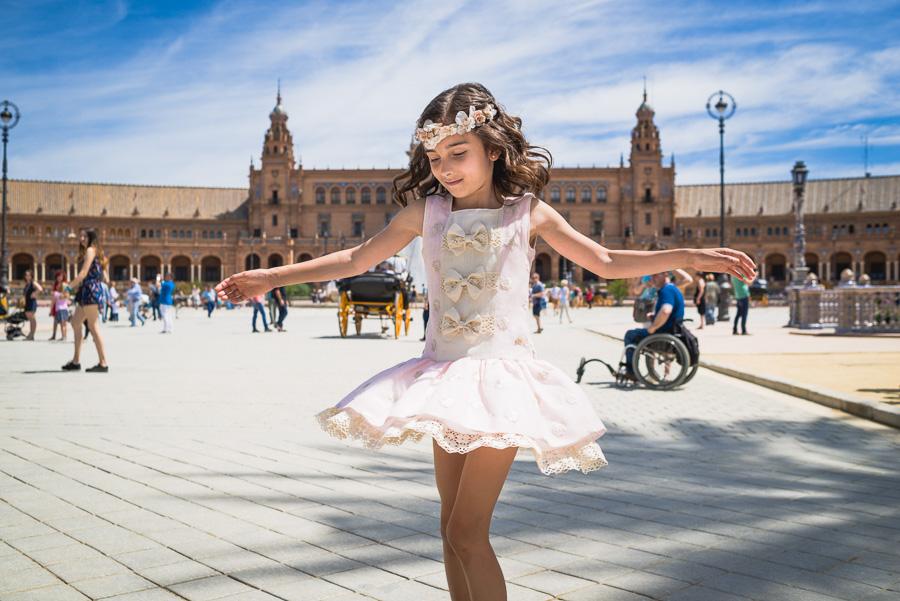 Lucía en la Plaza de España, foto tomada por el Fotógrafo de Bodas en Sevilla de Bodas con Arte.