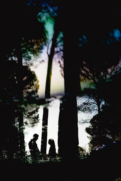 Foto a contraluz y silueta de una pareja entre los pinares de la Dehesa de Abajo en Sevilla.