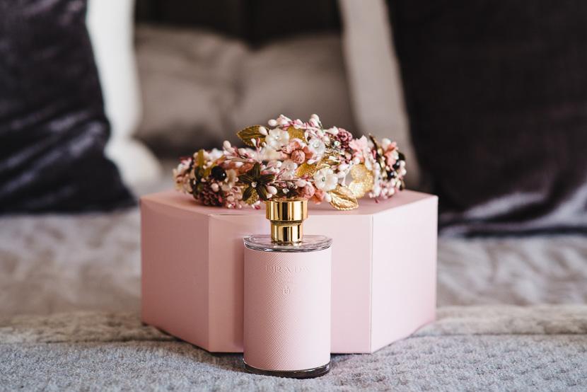 Perfume de prada rosa y corona de novia para el dia de su boda en la iglesia del cachorro fotografiado por Bodas con Arte