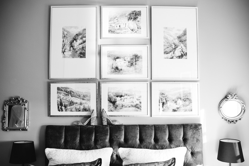 Zapatos de novia sobre cabecero de la cama de su madre fotografiado por Bodas con Arte