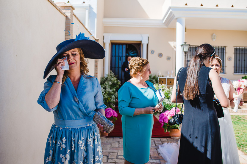 Madre de una novia llorando fotografiado por Bodas con Arte