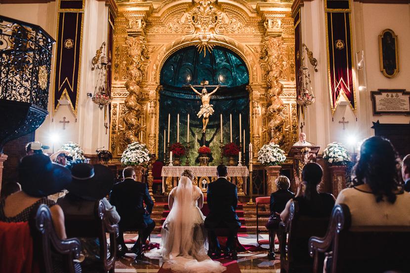 Pareja de novios casandose en su boda en la iglesia del cachorro en sevilla fotografiado por Bodas con Arte
