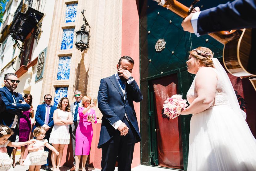 Novio llorando mientras su reciente esposa le canta en el dia de su boda en la iglesia del cachorro fotografiado por Bodas con Arte