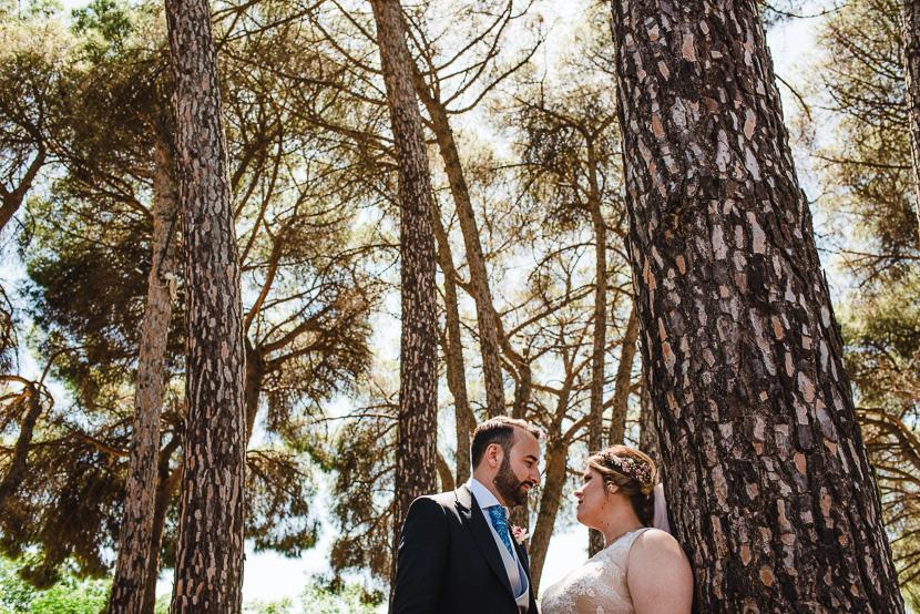 Recien casados posando en el pinar de manabran fotografiado por Bodas con Arte