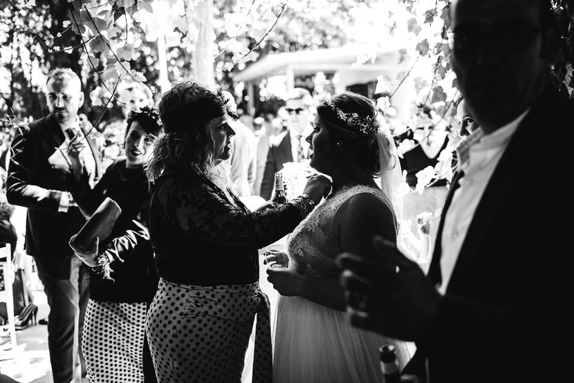 Invitada felicitando a una novia fotografiado por Bodas con Arte