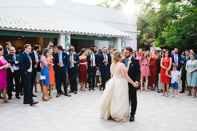 Recien casados en su primer baile de novios en el pinar de manabran fotografiado por Bodas con Arte
