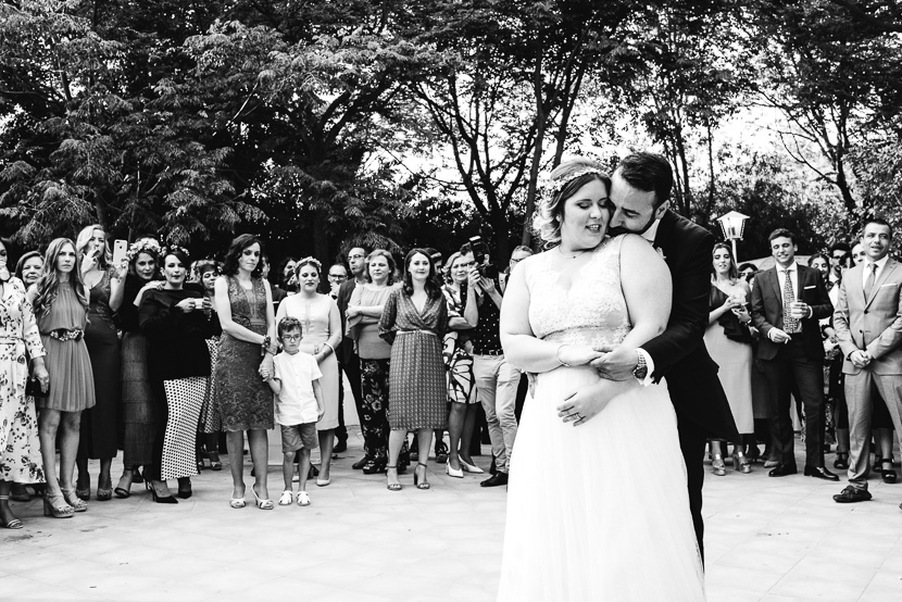 Pareja de recien casados abrazandose durante su baile nupcial en el pinar de manabran fotografiado por Bodas con Arte