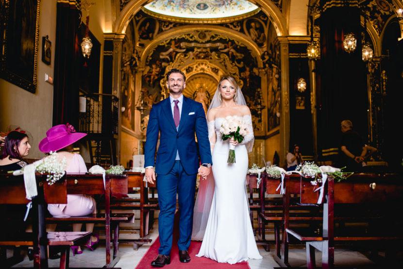 Pareja de Recien casados saliendo de la iglesia de los Negritos. Foto por Bodas con Arte, Fotógrafos de bodas en Sevilla