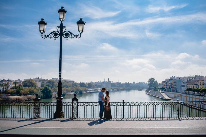 Pareja besandose en el puente de Triana (Isabel segunda). Foto por Bodas con Arte, Fotógrafos de bodas en Sevilla