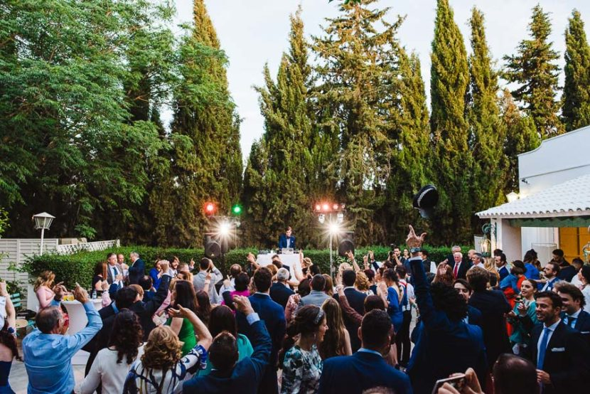 Celebracion de una barra libre el dia de la boda de unos novios. Foto por Bodas con Arte, Fotógrafos de bodas en Sevilla