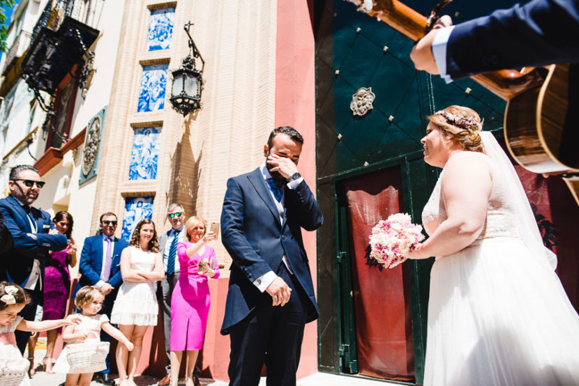 Novio llora mientras su esposa le canta. Foto por Bodas con Arte, Fotógrafos de bodas en Sevilla
