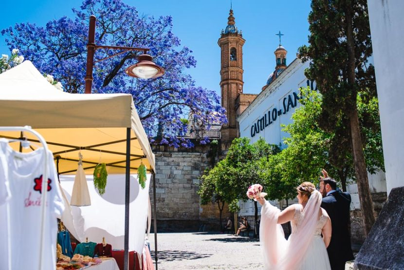 Pareja de recien casados paseando por los alrededores del castillo de san Jorge. Foto por Bodas con Arte, Fotógrafos de bodas en Sevilla