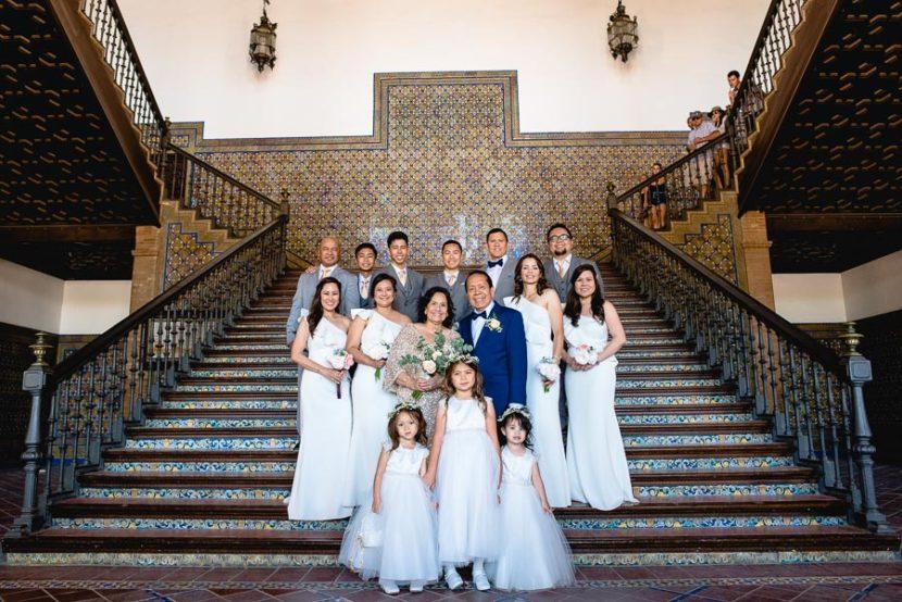 Pareja mayor Posando en la Plaza de España junto con sus damas de honor por sus bodas de oro (50 años de casados). Foto por Bodas con Arte, Fotógrafos de bodas en Sevilla