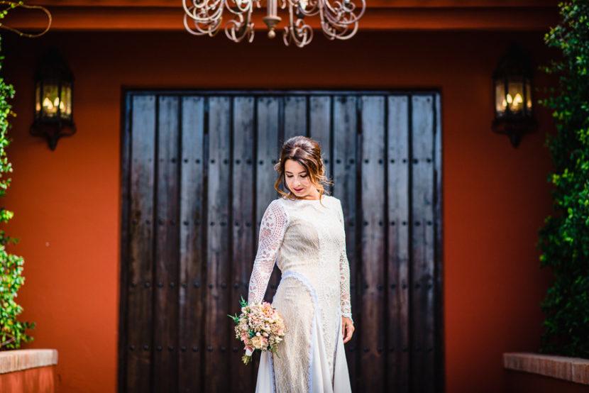 Novia posando con su ramo nupcial momentos despues de su matrimonio. Foto por Bodas con Arte, Fotógrafos de bodas en Sevilla